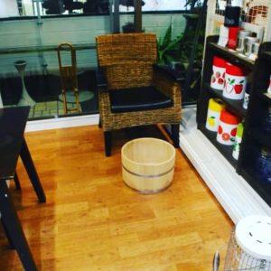 足湯の桶とゆったりと座れる椅子